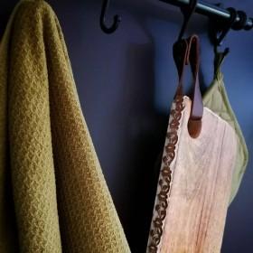 Planche en bois avec bords ciselés