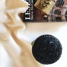 boite ronde couleur noir et liseré doré